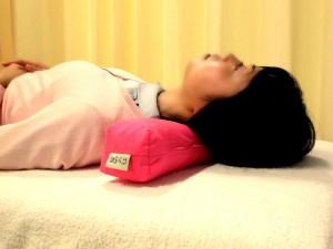 首肩のコリを改善する枕