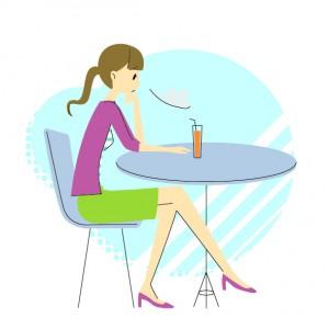 脚を組んで座る女性